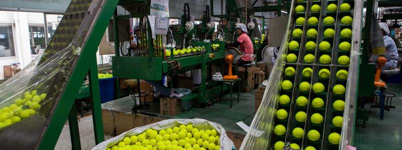 Fabrik som tillverkar padelbollar och tennisbollar