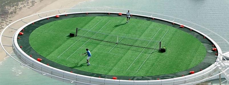 Världens högsta tennisbana ovanpå Burj al Arab i Dubai